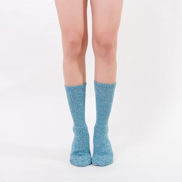 美しい女性の足に青い綿の靴下。白い背景に分離されました。 Premium写真