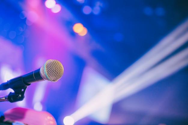 Микрофон в конференц-зале или комнате семинара фоне. Premium Фотографии