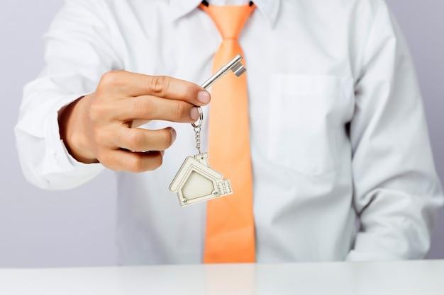 不動産業者の家の鍵、孤立した背景を与える Premium写真