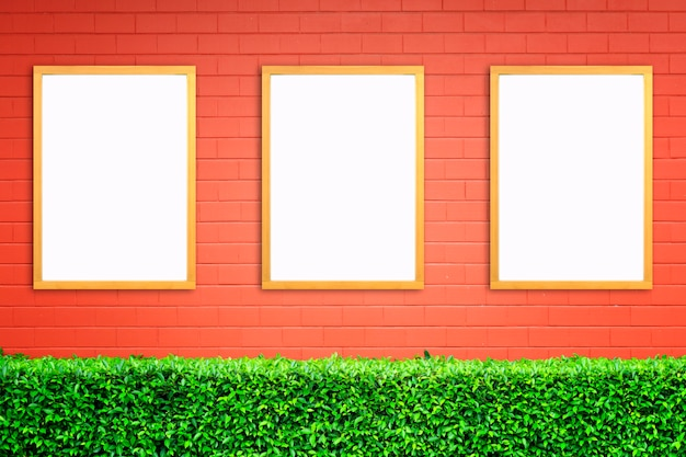 赤レンガの壁に木枠のモックアップと白いポスター。モックアップ。 Premium写真
