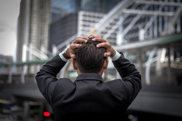 Деловой человек устал или подчеркнул после его работы. изображение подчеркнул бизнесмен концепции. Premium Фотографии