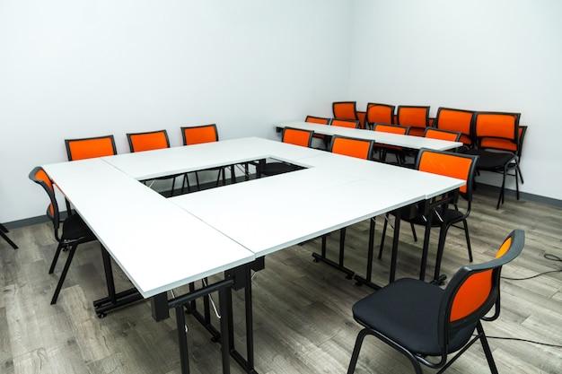 Пустая классная комната или комната для семинаров Premium Фотографии