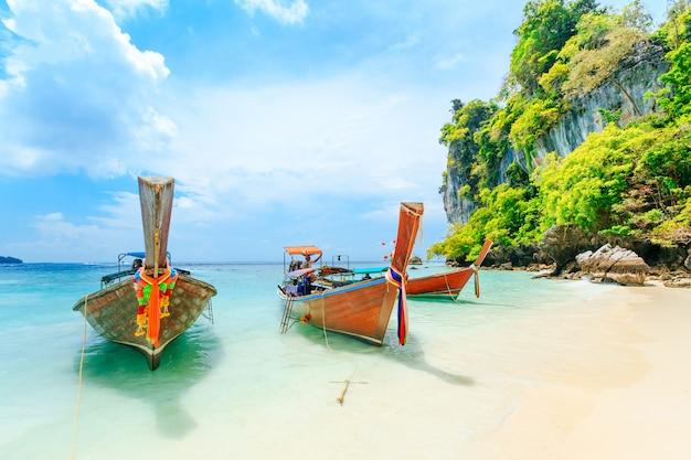 プーケット、タイのビーチでのロングテールボート。プーケットはビーチで有名な人気の目的地です。 Premium写真