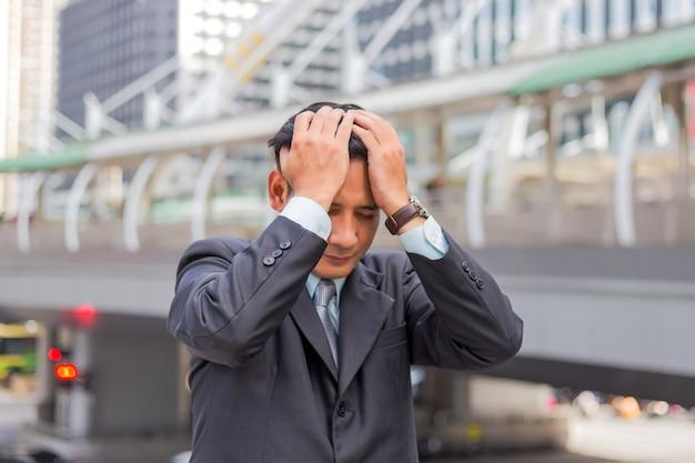 ビジネスの男性は彼の仕事の後に疲れているか強調しました。強調した実業家の概念のイメージ。 Premium写真
