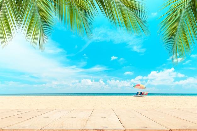 白いビーチの正面にある木製のテーブルの上。 Premium写真
