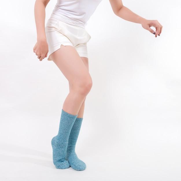 美しい女性の足に青い綿の靴下 Premium写真