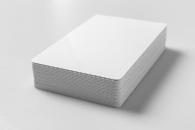 白い背景の上の白い空白のクレジットカードモックアップのスタック。 Premium写真