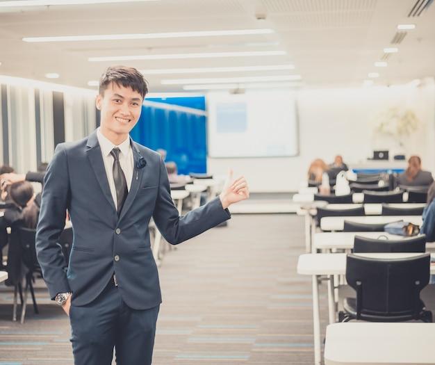 Портрет предпринимателя в бизнес-конференции. Premium Фотографии