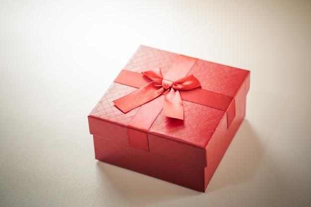 木の板に赤いギフトボックス。 Premium写真