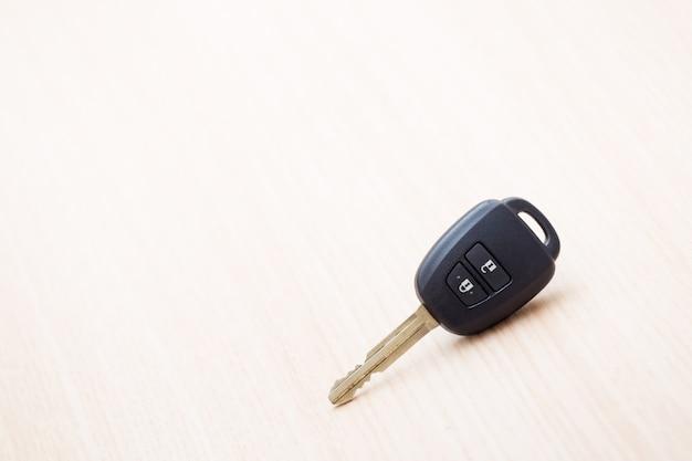 テーブルの上の車のキー Premium写真