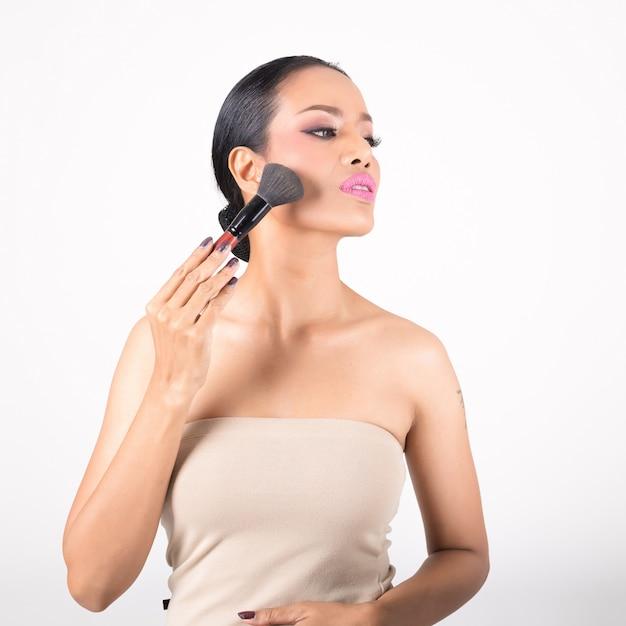 化粧。メイクアップクローズアップを適用します。メイクアップ用化粧品パウダーブラシ。 Premium写真