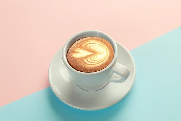青とオレンジ色の背景にコーヒーカップ Premium写真