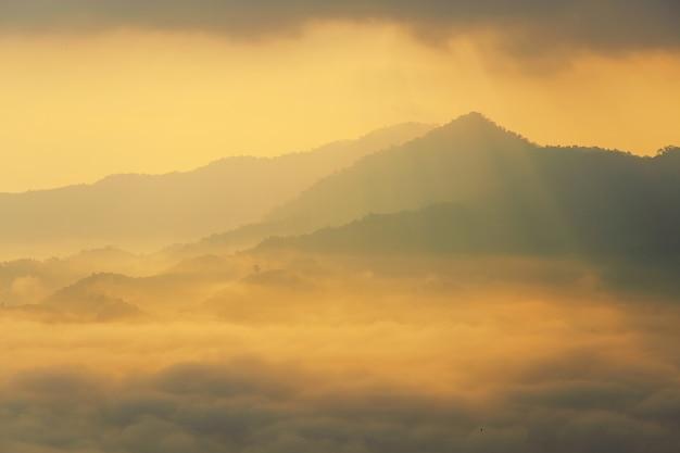 サンシャインと朝の霧の雲プーランカ、パヤオ、タイで Premium写真