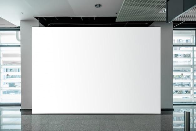Макет пустой рекламный щит белый светодиодный экран по вертикали для рекламы Premium Фотографии