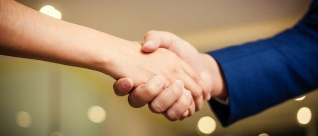 セミナールームでの会議の間、握手するビジネス人々 Premium写真
