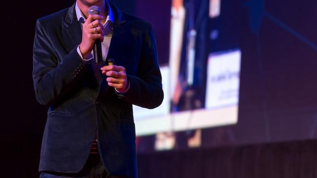 Докладчик выступает с докладом в конференц-зале на деловом мероприятии. Premium Фотографии