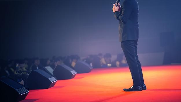 Спикер на сцене и разговор о бизнесе в комнате для семинаров Premium Фотографии