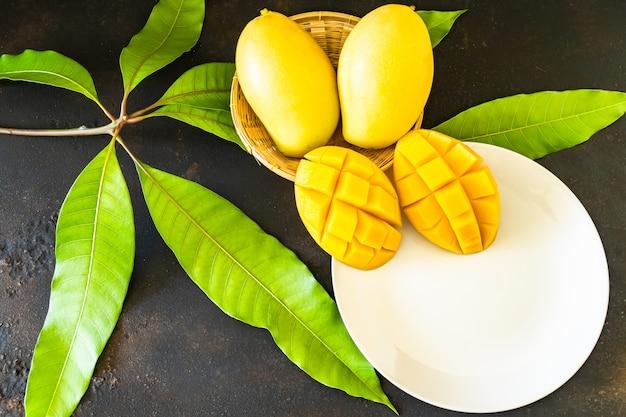 Ломтики манго на белой тарелке Premium Фотографии