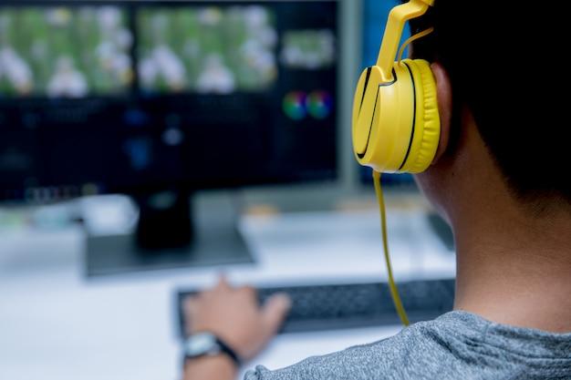 コンピュータビデオ編集とイエローヘッドセット Premium写真