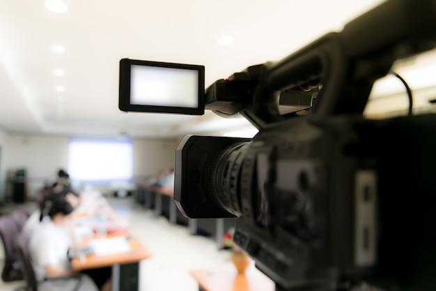 参加者とヘッドフォンを記録するビジネス会議室のビデオカメラ Premium写真