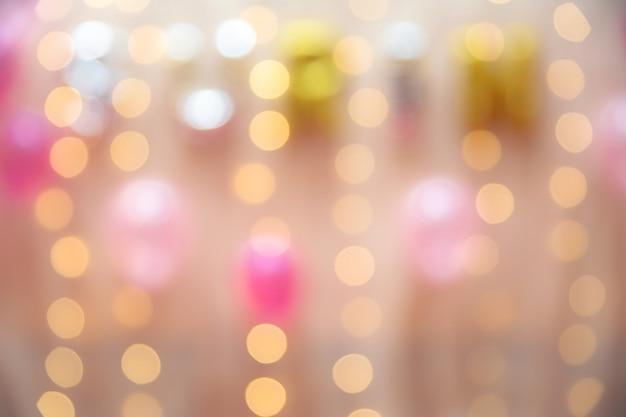 背景の会議室で暖かい照明と風船のぼやけた画像 Premium写真