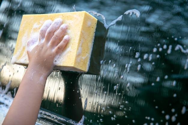 女の子は洗車用スポンジを使用 Premium写真