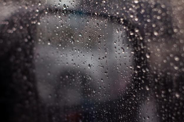 車のガラスに水滴 Premium写真