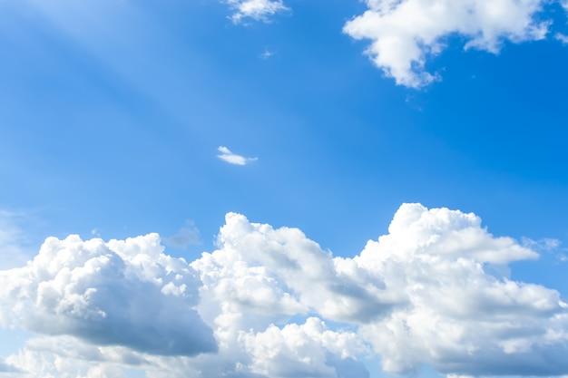 青い空と白い雲 Premium写真