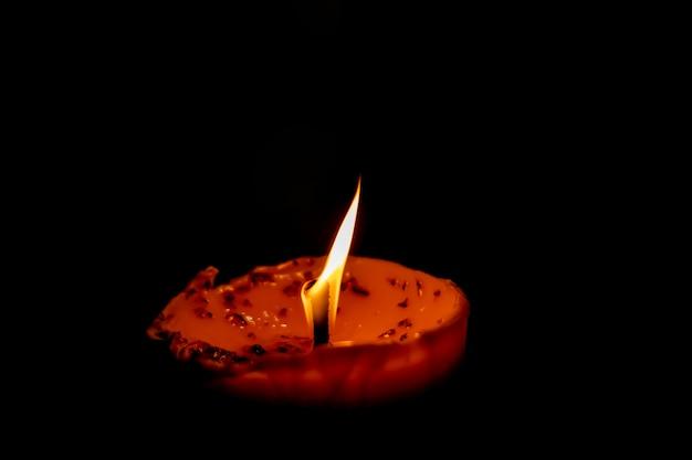 Пламя свечи на белом фоне Premium Фотографии