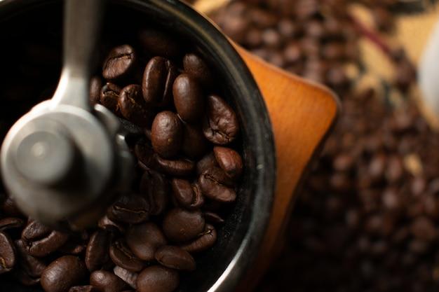 ぼやけローストコーヒー豆とコーヒーグラインダーでコーヒー豆 Premium写真