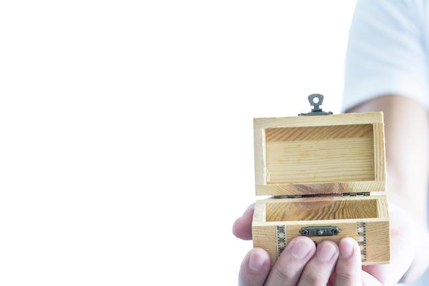男は空の木の宝物とサプライズプレゼントをしています Premium写真