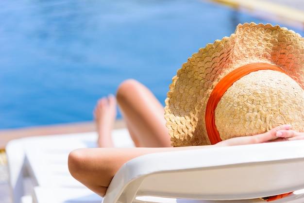 Сексуальная азиатская женщина спит в вечернее и закатное время с отдыха на каникулах и праздниках. Premium Фотографии