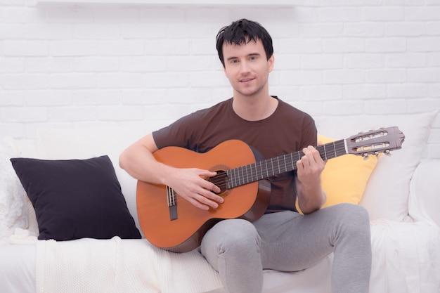 ギターを持つ男 Premium写真