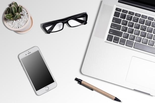 Белый стол офисный стол с большим количеством вещей на нем. вид сверху с копией пространства Premium Фотографии