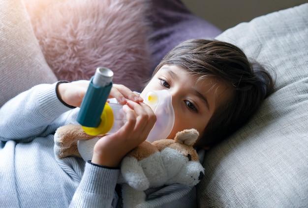 呼吸治療にボリュームを使用したポートレートの子供の顔 Premium写真