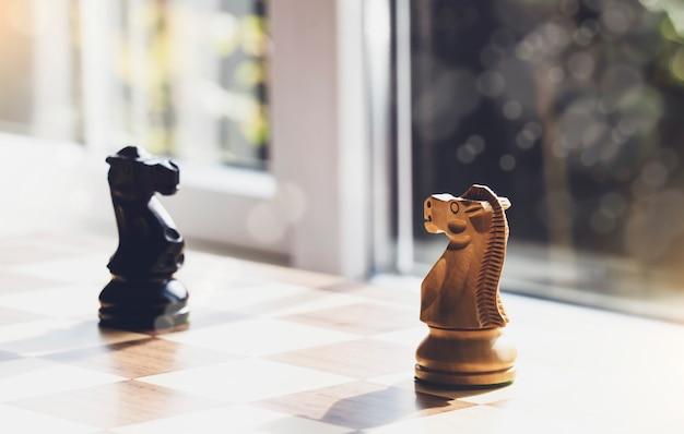 Выборочный фокус дерева рыцаря шахмат на настольную игру с размытым фоном Premium Фотографии