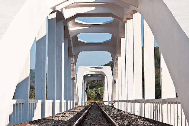 白い電車の橋、タイ北部の構造 Premium写真