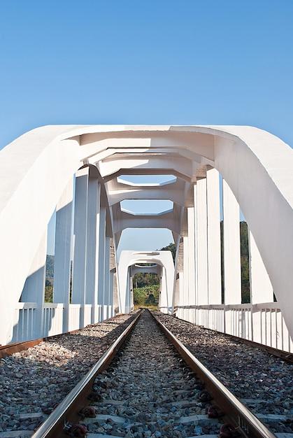 白い電車の橋の構造 Premium写真