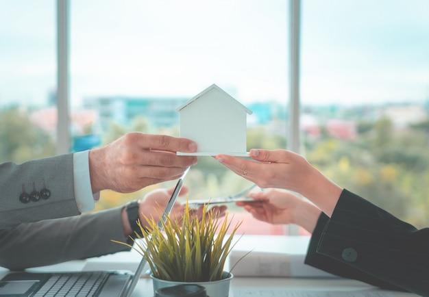 Торговый дом за наличные для ипотечного кредита и концепция покупки Premium Фотографии