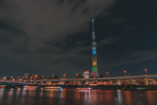 東京スカイツリーで隅田川をボートが走っています Premium写真