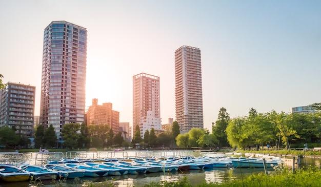 ボートは上野湖にドッキングしてレンタルしています。 Premium写真
