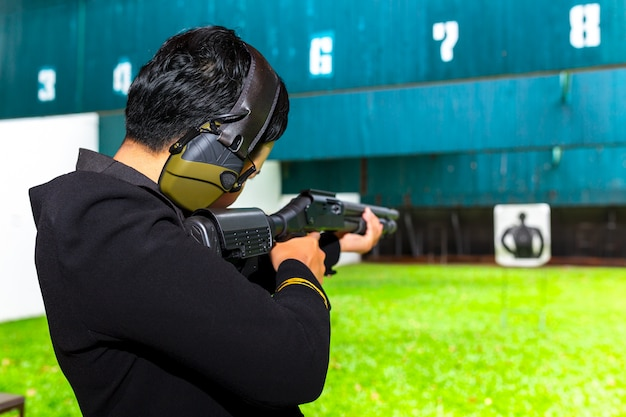 Стрельба из пушки двумя руками в академии. Premium Фотографии