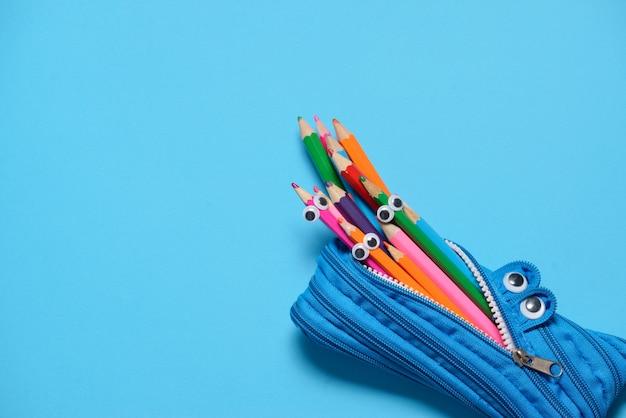 青に鉛筆を食べる面白いペンシルケース Premium写真