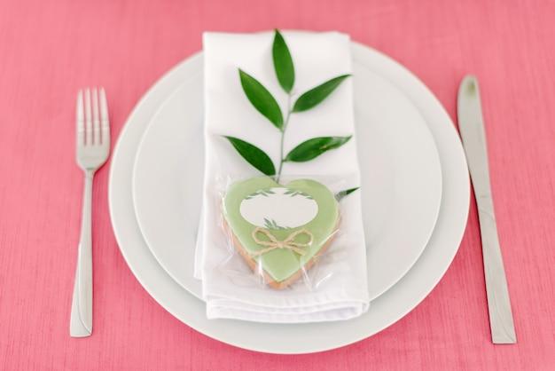 結婚式の装飾。屋外の新婚夫婦のためのテーブル。結婚披露宴。エレガントなテーブルアレンジ、花飾り、レストラン。 Premium写真