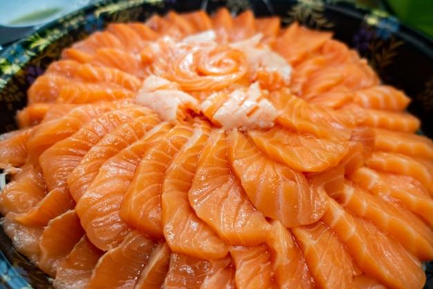サーモン刺身ケーキ Premium写真