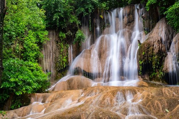 タイの有名な場所(サイヨークノイ滝) Premium写真