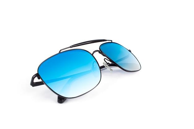 Красивые роскошные черные солнцезащитные очки с многоцветной зеркальной линзой на белом фоне Premium Фотографии