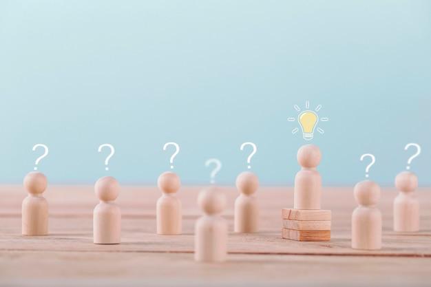 Лидер получает новую идею - планирование и стратегия мозгового штурма в конкурентной игре, концептуальная стратегия и успешное управление или лидерство. Premium Фотографии