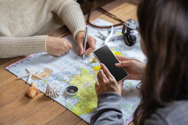 Вид сверху путешественников, планирующих в отпуске отпуск с картой, концепцией путешествия Premium Фотографии