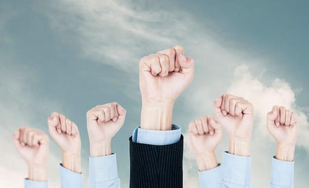 Команда «воздушные кулаки бизнеса» корпоративный успех, корпоративный успех деловых людей и достижение целевого победителя. Premium Фотографии